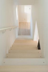 2Fから1Fの階段の写真