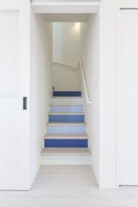 S様邸のポップな階段の写真