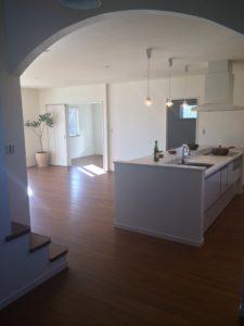 サントリーニ島ヴィラをイメージしたお宅のキッチンの写真