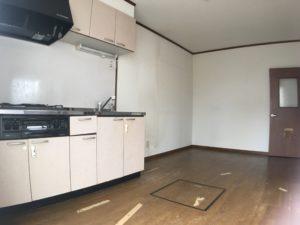 築31年のアパート、荒く使われていた様子が感じられるキッチンの写真
