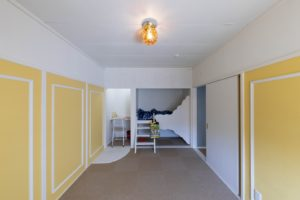 和室だったお部屋をタイルカーペット貼りに、押入れをベッドと勉強机にリノベーションした写真