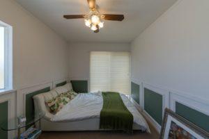 フローリングだったお部屋をタイルカーペットに変更し温かみのある主寝室にした写真