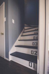 普通の木製階段をベースキャンプ風に塗装仕上げした階段の写真