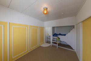 和室だったお部屋をカーペットに変更し、押入れだったお部屋をベッドを勉強机に大きくイメージチェンジした写真