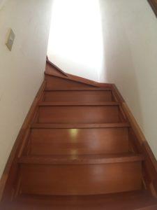 リノベーション前のよくある階段の写真