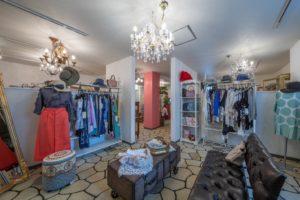 クリエイトコートと店舗内の写真