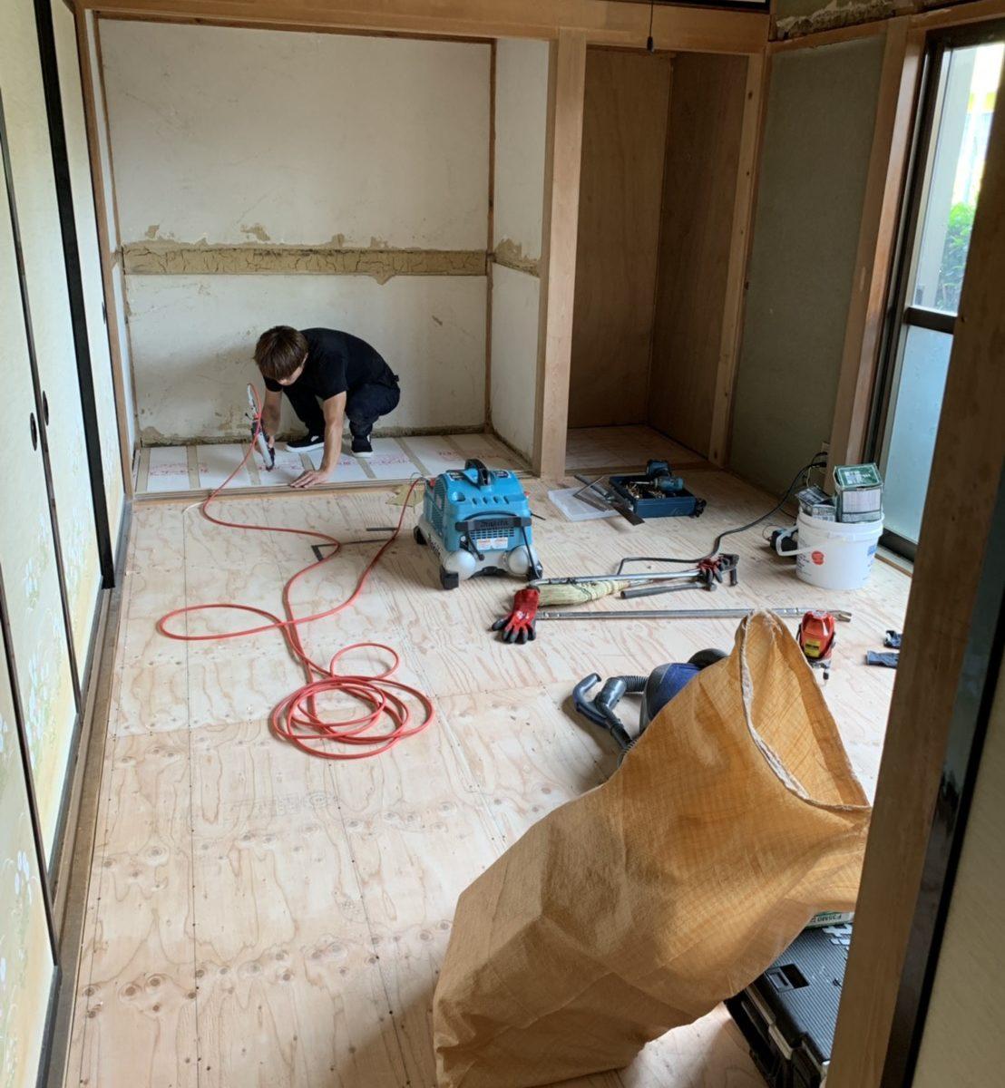 和室から洋室へリフォーム。畳を撤去し下地工事中の写真